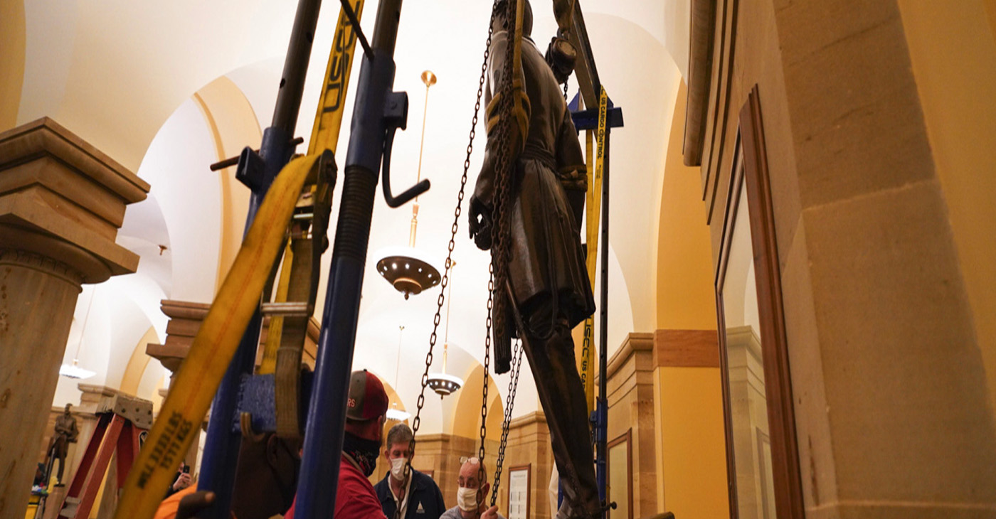 Workers remove statute of Confederate Gen. Robert E. Lee from U.S. Capitol/ Photo by Jack Mayer, Office of Virginia Gov. Ralph Northam